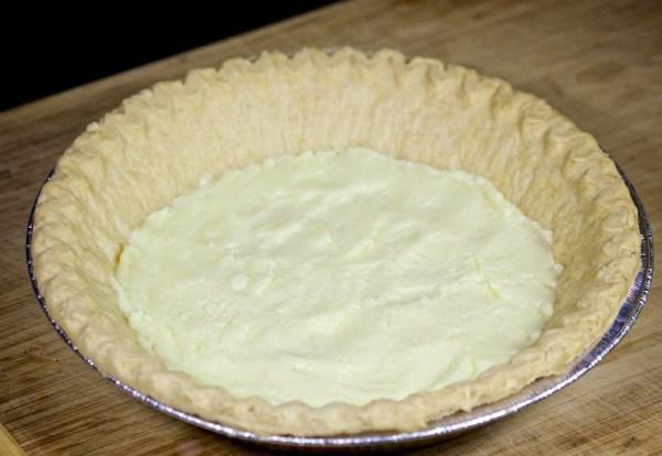 Выкладываем сыр в основу для пирога