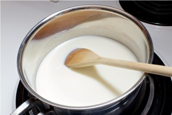 Нагреваем молоко в кастрюле