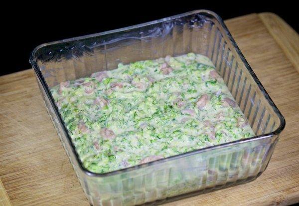 Выливаем тесто для кабачковой запеканки в форму