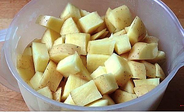 Моем, чистим и нарезаем картошку