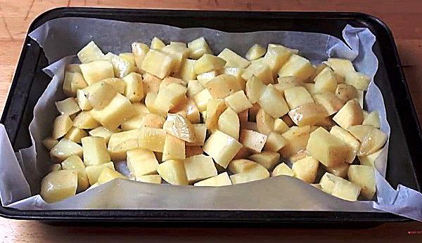 Выкладываем картошку на противень