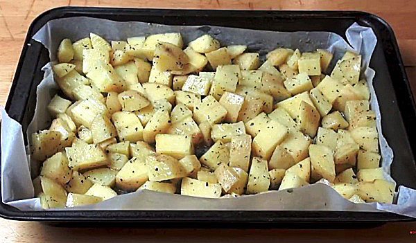 Поливаем картошку масленой смесью