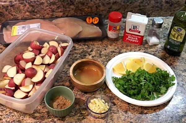 Подготавливаем все ингредиенты для приготовления картошки с куриными отбивными в духовке