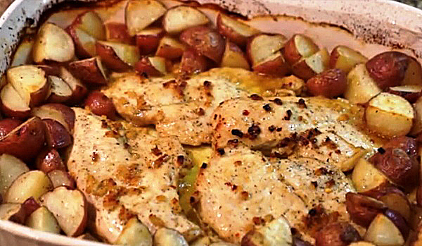 Выпекаем куриное филе с картошкой в духовке