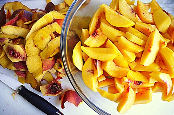 Нарезаем персики дольками