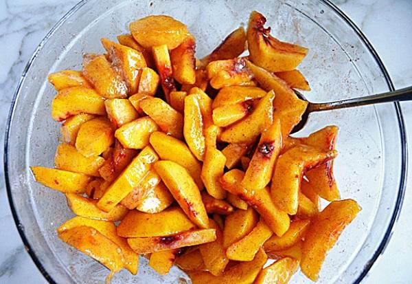 Смешиваем персики с сахаром и специями