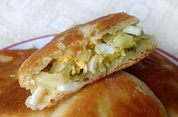 Подаем жареные пирожки с яйцом и зеленым луком
