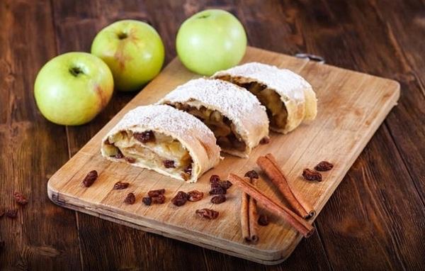 Штрудель с яблоками готов