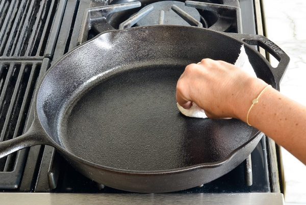 Как очистить чугунную сковороду в домашних условиях