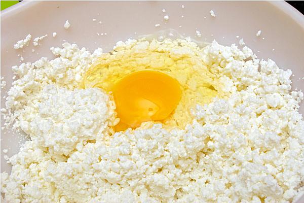 Разбиваем в начинку яйца