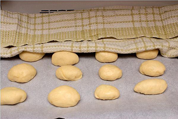 Оставляем пирожки подняться под полотенцем