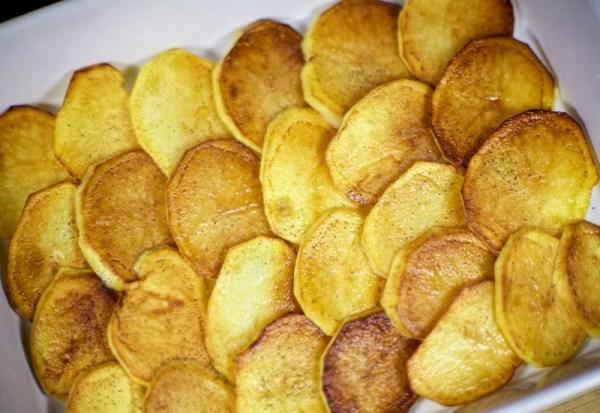 Кладем в форму слой картошки