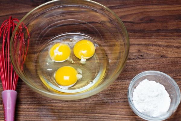 Помещаем в миску 3 яйца