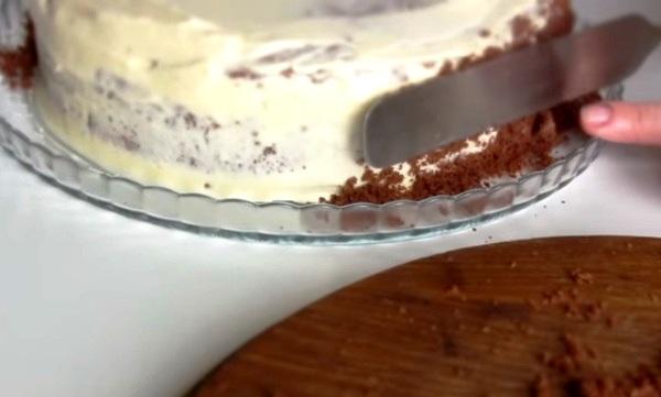 Оформляем бока бисквитной крошкой