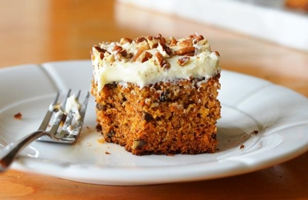 Морковный торт нарезаем и подаем