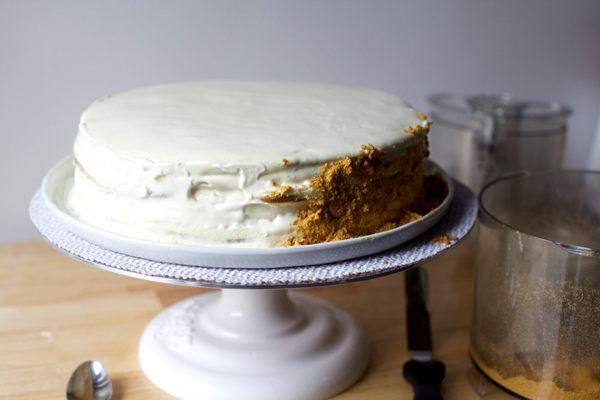 Покрываем крошкой весь тортик