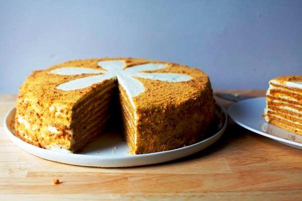 Нарезаем пропитанный кремом пирог