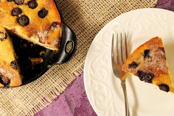 Подаем черничный пирог на стол