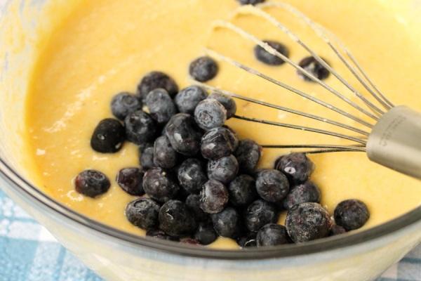 Добавляем чернику в тесто