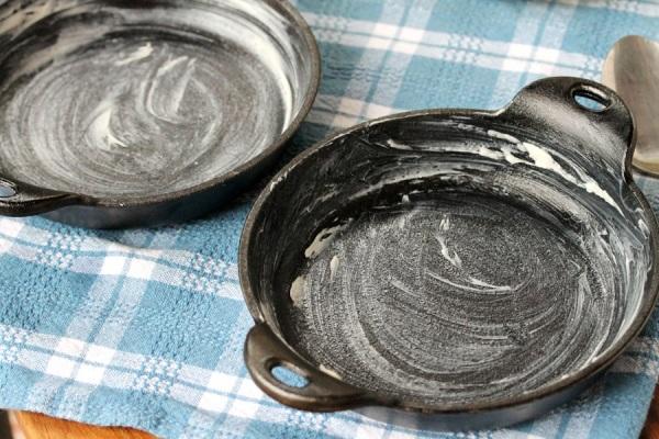 Смазываем маслом формы для выпечки