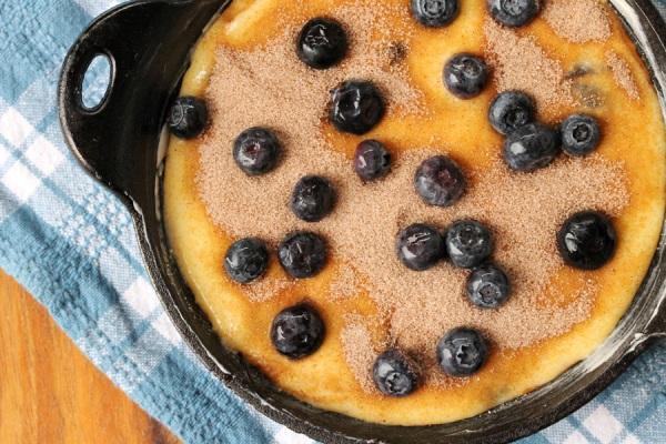 Пирог с черникой посыпаем корицей