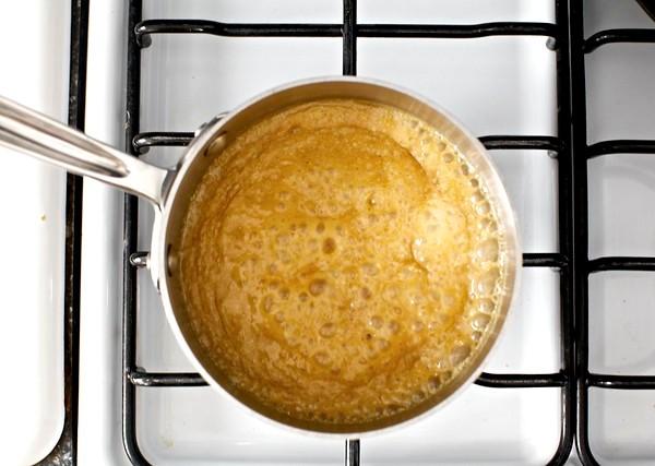 Готовим карамельно-ореховый соус для тортика