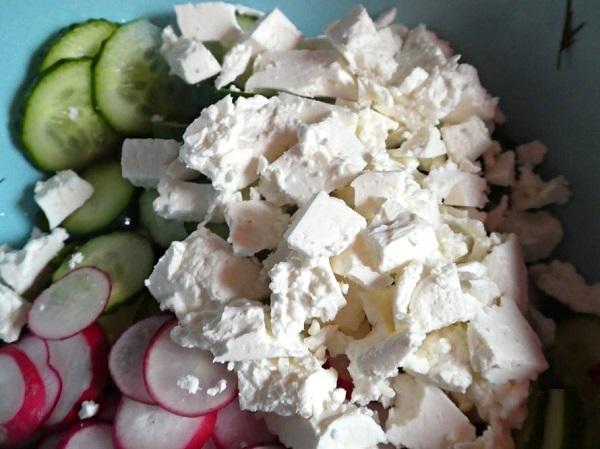 Салат с редиской и огурцом с маслом