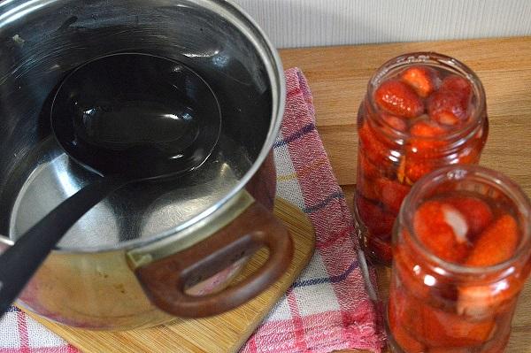 Как варить компот из клубники на зиму