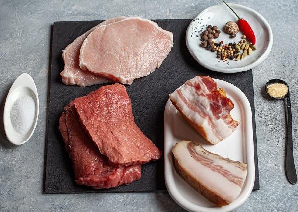 Колбаса готовится из смеси говядины, свинины и бекона