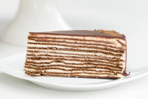 Собираем все коржи в слоеный торт