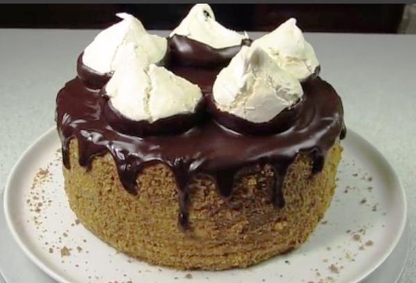 Украшаем пирог и ставим в холодильник