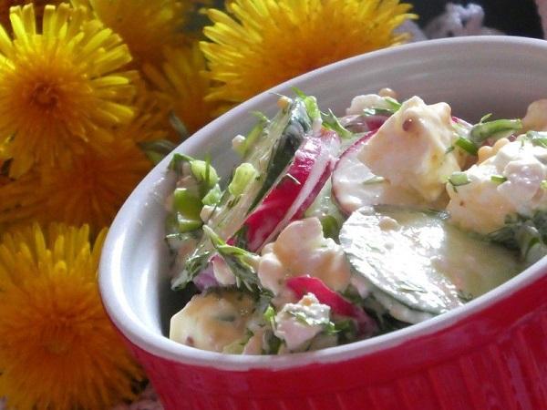 Салат с редиской и огурцом со сметаной