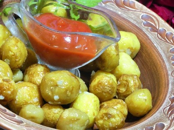 Жареная картошка молодая в кожуре на сковороде