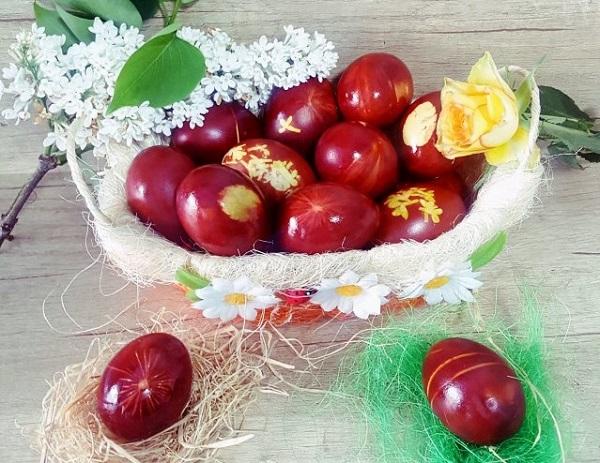 Как покрасить красиво яйца в луковой шелухе