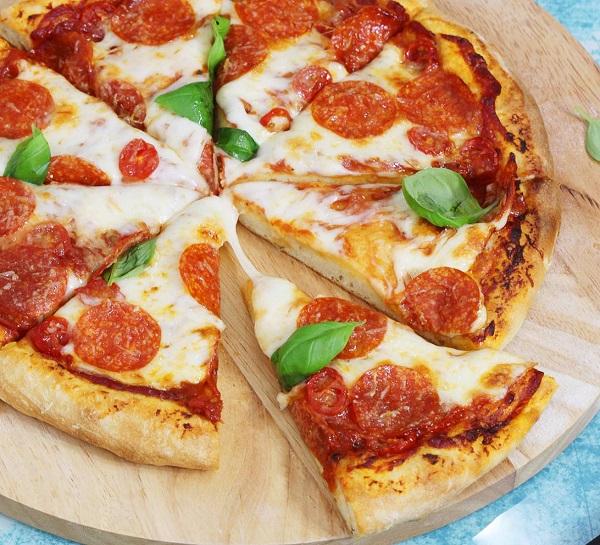 Тонкое хрустящее тесто для пиццы без дрожжей
