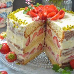 Торт с клубникой и заварным кремом бисквитный