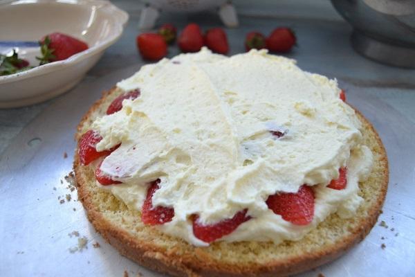 Простой бисквитный торт с клубникой