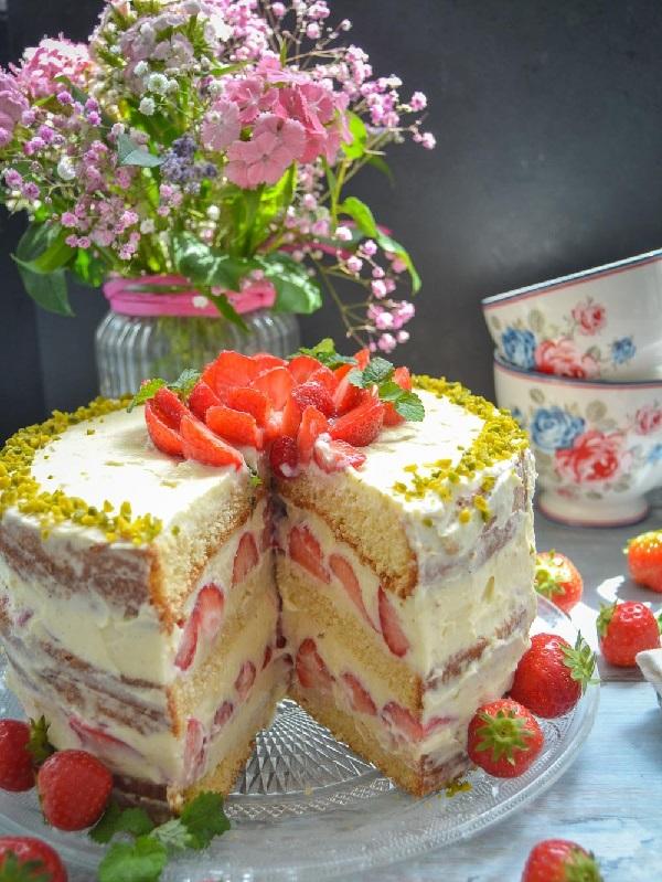 Бисквитный торт с клубникой и сгущенкой