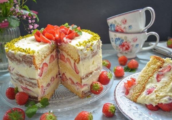 Бисквитный торт с прослойкой из клубники