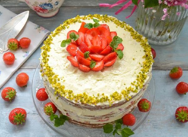 Бисквитный торт с клубникой и сливочным кремом