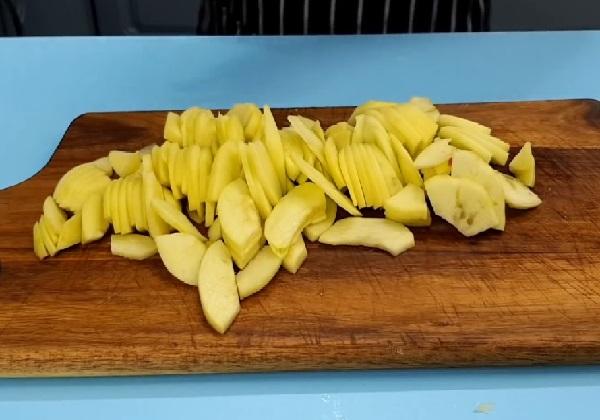 Пирог с яблоками в духовке шарлотка простой